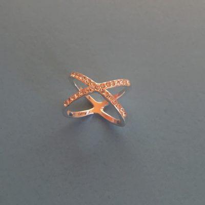 модерен пръстен с циркони